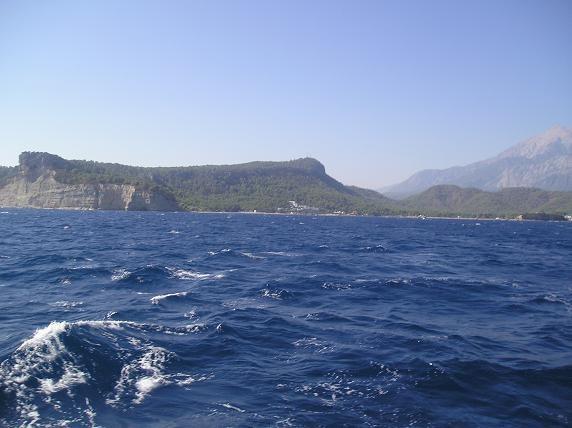 сначало слегка покачивало: вдоль побережья, городок Кирик все яхты плавают по стандартной программе...