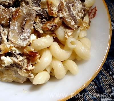 У нас сегодня были макароны с грибами, тушенными в сметане , блины из кабачков и горячий шоколад по...