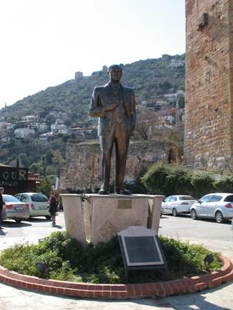 Это памятник Ататюрку на набережной