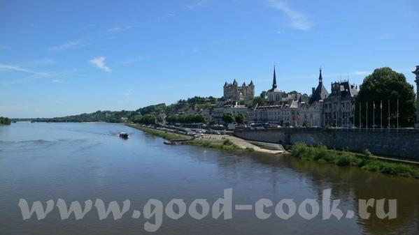 Следующую партию фотографий можно назвать: Замки Луары Это вид на город и замок Saumur: В замок мы...
