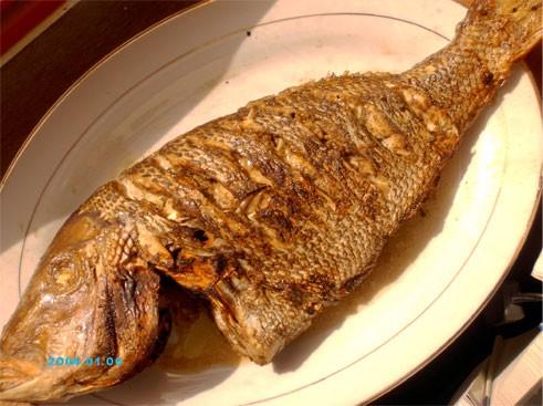 Девочки, а вот мой обед сегодня - Рыба со специями, запечённая в духовке, Жёлтый рис на гарнир и са...