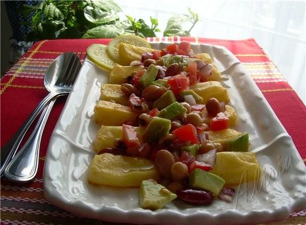 Полента с перцем и сыром с Салсой из бобов и авокадо