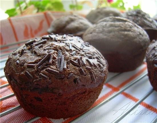 Очень нежные и воздушные маффины с шоколадным вкусом приятно дополнены кисловатой фруктой - 3