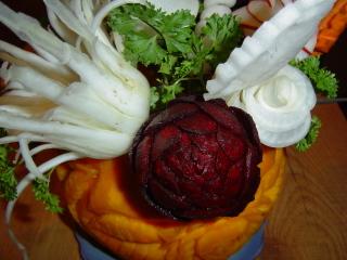 роза из свеклы вид на овощной букет сверху
