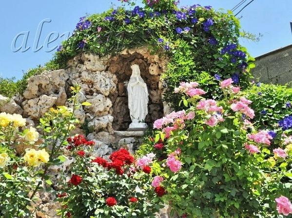 Повсюду многочисленные статуи Девы Марии