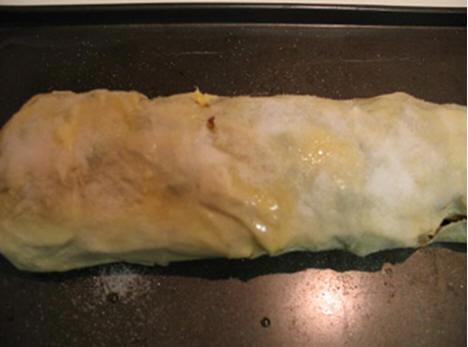 Завернуть короткие края теста на начинку, затем нижний длинный край (тесто хорошо прилипает): Сверн... - 2