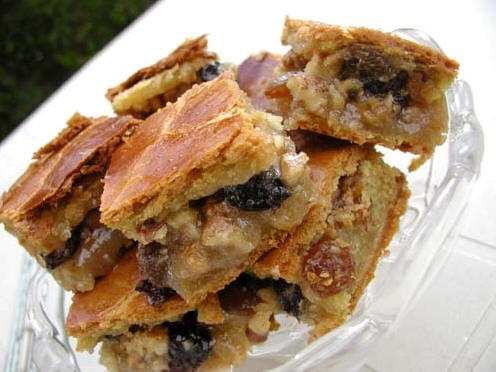 Кишмишли-гозлу пирог - Орехово-кишмишный пирог Тесто: 200 гр масла (можно маргарин) 200 гр сметаны...