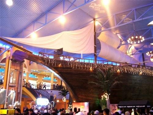 На фото сверху (с фонтаном) в правом верхнем углу можно рассмотреть корму огромного корабля, размес...