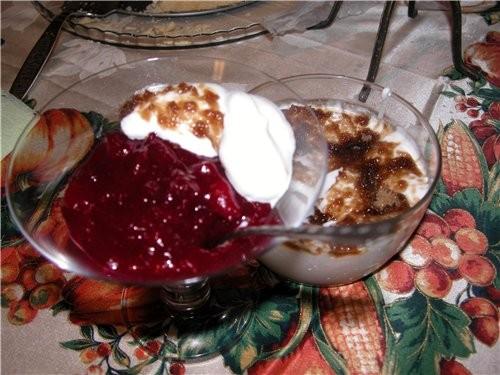 Ну и конечно десерты: КЛЮКВЕННЫИ КИСЕЛь С ИОГУРТНО-СЛИВОВЫМ КРЕМОМ И ТЫКВЕННЫИ ПИРОГ