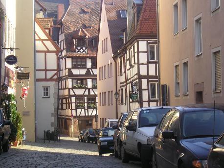 пройдя по вот таким красивым, но очень уж узким улочкам: по пути повстречали вот такие встроеные ск... - 2