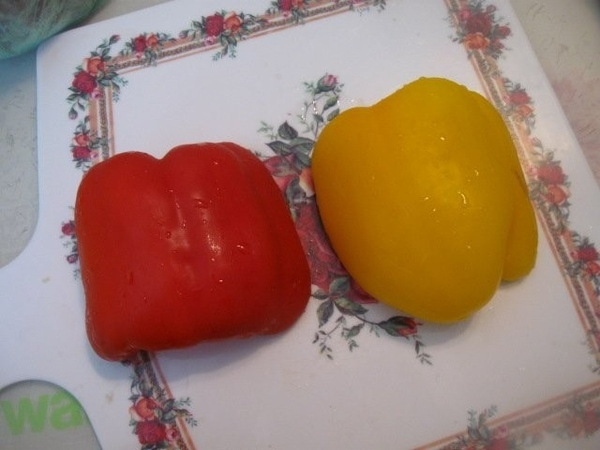 Нарезаем кубиками болгарский перец Овощи в сковороде не забываем помешивать