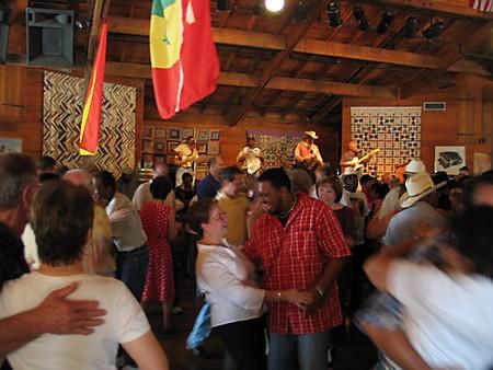Там же находится танц-холл, где продают пиво и местный народ танцует под музыку zydeco (произноситс... - 3