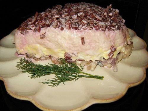 СЕЛЁДКА ПОД ШУБОЙ -селёдка( у меня была солёная скумбрия с копчёным вкусом) -фиолетовый лук -варёны...