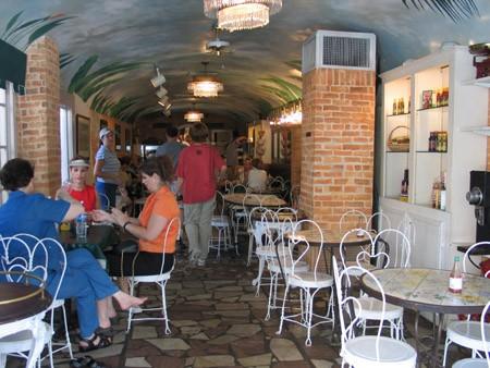 Захотелось есть, поэтому мы зашли в одну из наших любимых кофеен – Cafй d'Or, где подают совершенно... - 3
