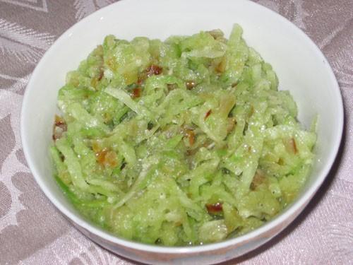 Салат с 2 видами зеленого салата Салат из редьки и жаренного лука - 3