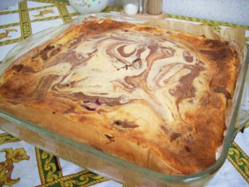 было у меня много прокисшего творога и ещё больше вишни, испекла Творожной пирог с вишней из журнал...