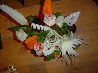 роза из свеклы вид на овощной букет сверху - 2