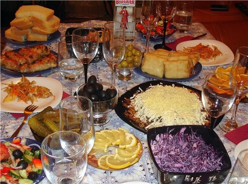 Это фото стола мы сделали когда встречали НГ по московскому времени поэтому шампанского ещё нет зак...
