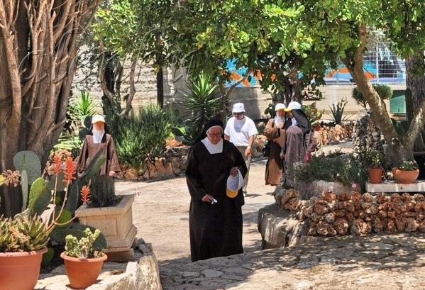 К церкви потянулись монахи и паломники