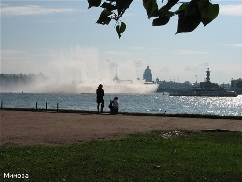 А вот тот же фонтан, только со стороны пляжа Петропавловской крепости