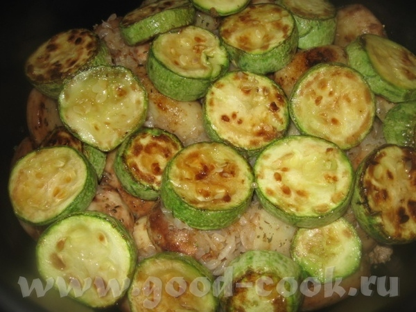 Обжариваем кабачки и также половину из них выкладываем на картофель с луком - 2