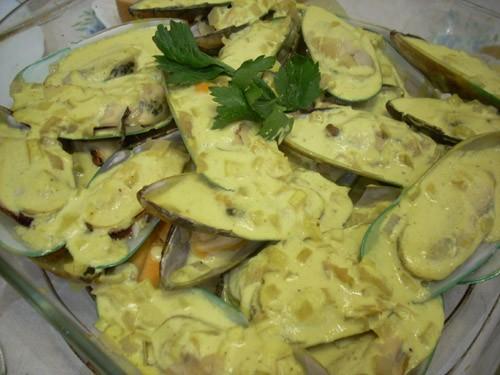 Мидии из Шаранта Mouclade Запечённые морские гребешки с пармезаном Устрицы, запечённые на соли со с...