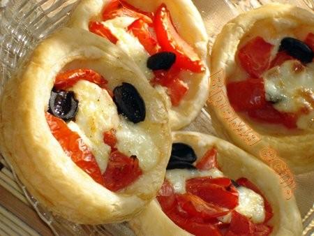 Тарталетки с сыром «мацарелла» и томатами