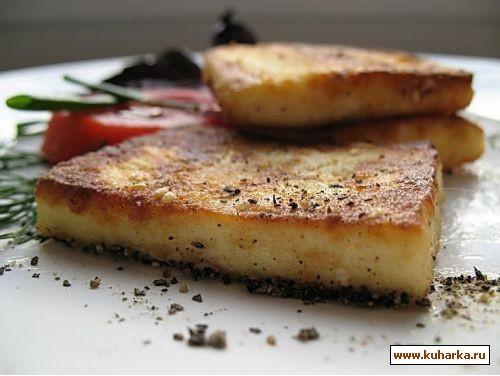 жареный сыр адегейский я его жарила для салата вот этого Салат из грилованного сыра халуми, помидор...