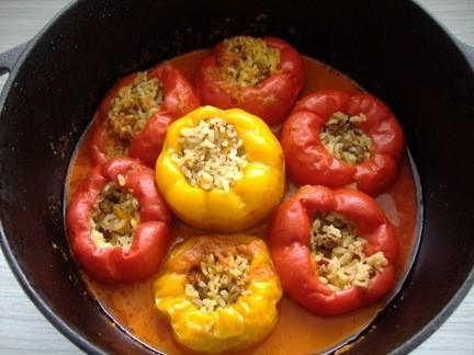 Фаршированный перец начинка:сырой рис,фарш ,морковь и лук (по желанию),обжариваем,добавляем приправ...