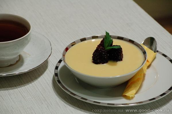 Вариант сервировки панакотты - с миндальным английским кремом и ягодами - 2