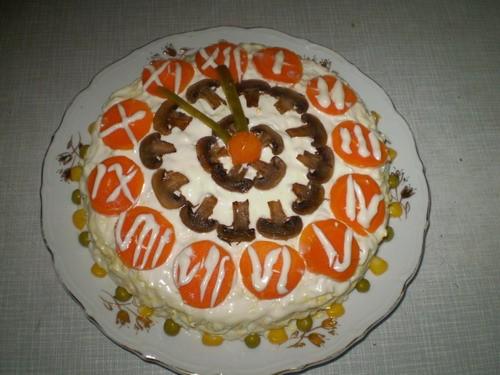 """Салат """"Новогодний бал"""" 1 крупный вареный окорок, 1 ст чернослива, 5 вареных яиц, 2 вареные морковки..."""