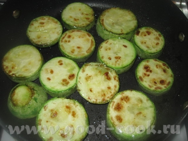 Обжариваем кабачки и также половину из них выкладываем на картофель с луком