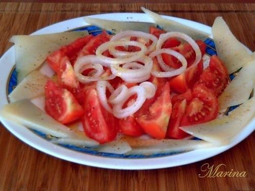 Салат из помидоров с сыром помидоры нарезать, нарезать сыр кусочkами, брусочками, ломтиками, лук,ко...