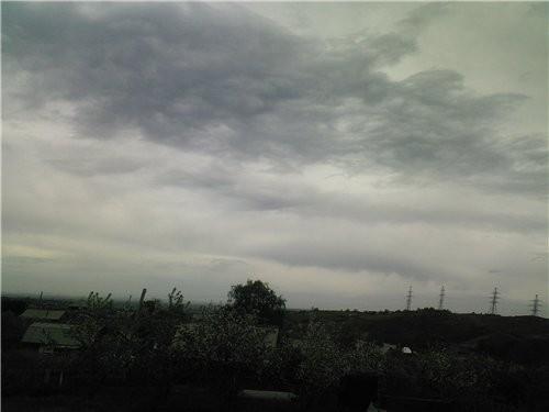 Вот сегодня такая пасмурная погода: холод, ветер, крапает