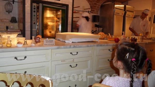 Парень-пекарь был очень весёлым, рассказывал как делать коротко и ясно на немецком и сразу на англи... - 5