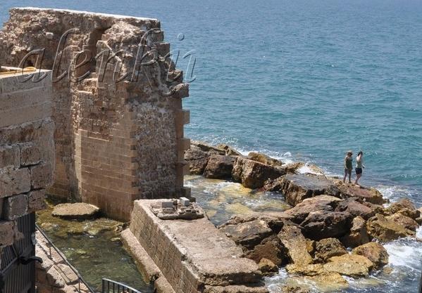 На отколовшейся когда-то стены сидят рыбаки да прохаживаются туристы - 4