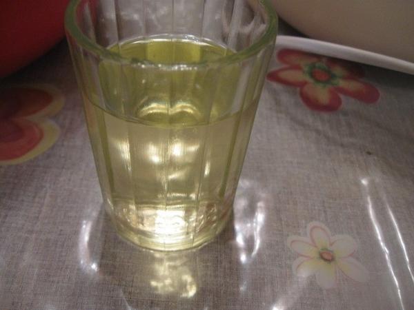 В каждую миску вливаем по 80 мл растительного масла без запаха и миксером еще немного взбиваем