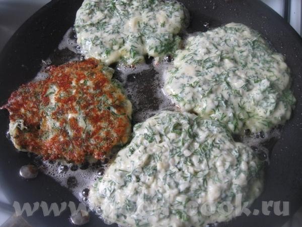 Сырную массу выкладываем на разогретую сковороду с растительным маслом – примерно 1 ст