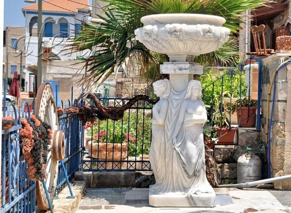Это дом местного умельца-скульптора - 5