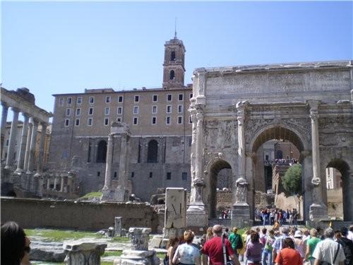 А это идут раскопки около Колизея, центральной части древнего города