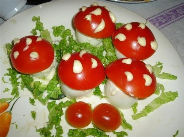 ОТМЕЧАЛИ ДЕНЬ РОЖДЕНИЯ АНТОШКИ СТОЛ Фаршированные яйца «Грибочки» (яйца, тунец, майонез, помидоры)... - 2