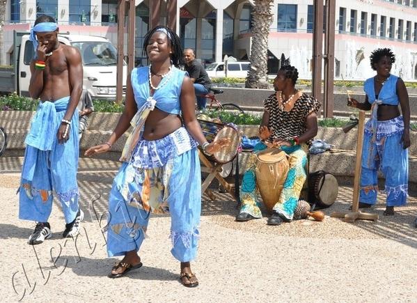Здесь бродячие артисты развлекают своим африканским фольклером проходящих по набережной отдыхающих...