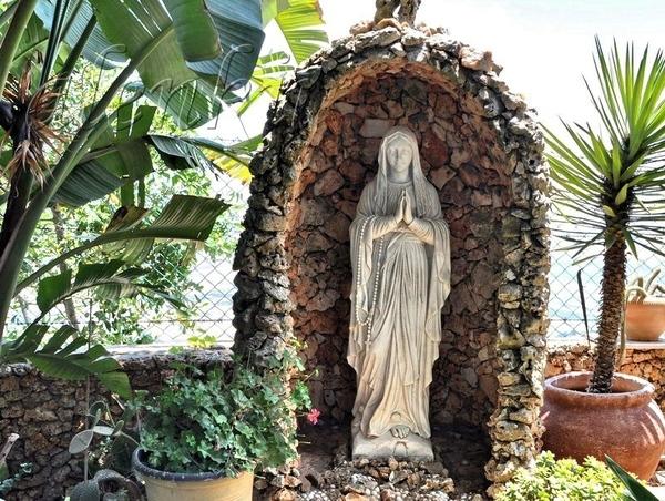 В одной из них стоит Дева Мария - 2