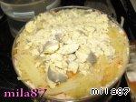 Затем слой картофеля и три желточка, тщательно промазываем майонезом и прижимаем