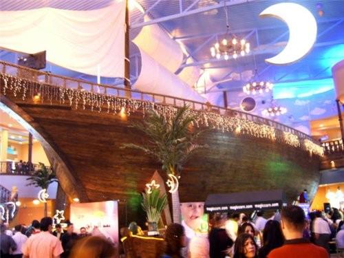 На фото сверху (с фонтаном) в правом верхнем углу можно рассмотреть корму огромного корабля, размес... - 2