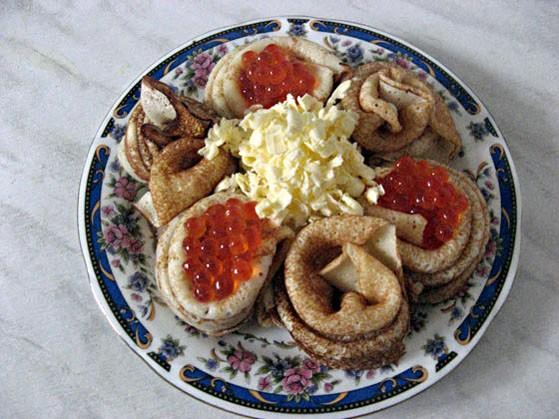 Моя закуска(хотя может сойти за самостоятельное блюдо) Блинчики, красная икра, в центре охлажденное...