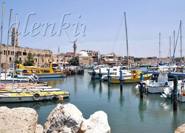 Другая улочка вывела нас в порт старого Акко, где на волнах покачиваются рыбацкие лодки,катера и ях... - 2
