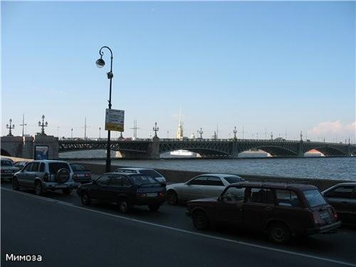 А это повернули налево от фотографии со дворцом - виден Троицкий (бывший Кировский) мост