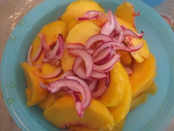 Выкладываем к персикам лук с маринадом, перемешиваем, добавляем оливковое масло и оставляем минут н...