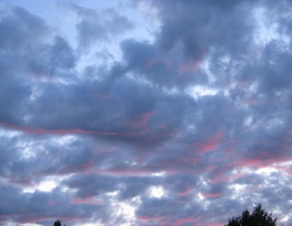 Вчера был такой закат и сняла облака подсвеченные этим малиновым закатом, очень красиво было - 2